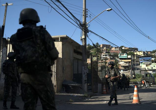 جنود برازيليون خلال دورية في أحد الأحياء الفقيرة في ضاحية ريو- البرازيل