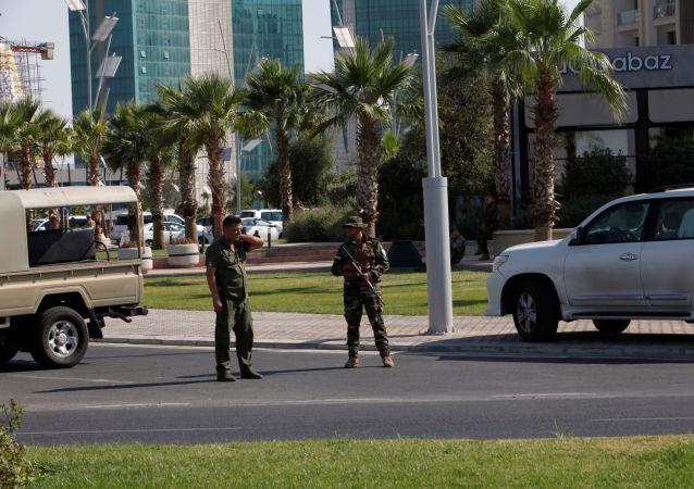 الشرطة الكردية أمام مقر المطعم الذي قتل فيه الدبلوماسيين الأتراك، 17 يوليو/تموز 2019
