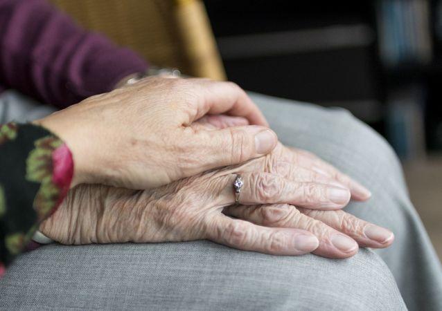 قصة حب.. بعد 71 عاماً من زواجهما يرحلان معاً في اليوم ذاته