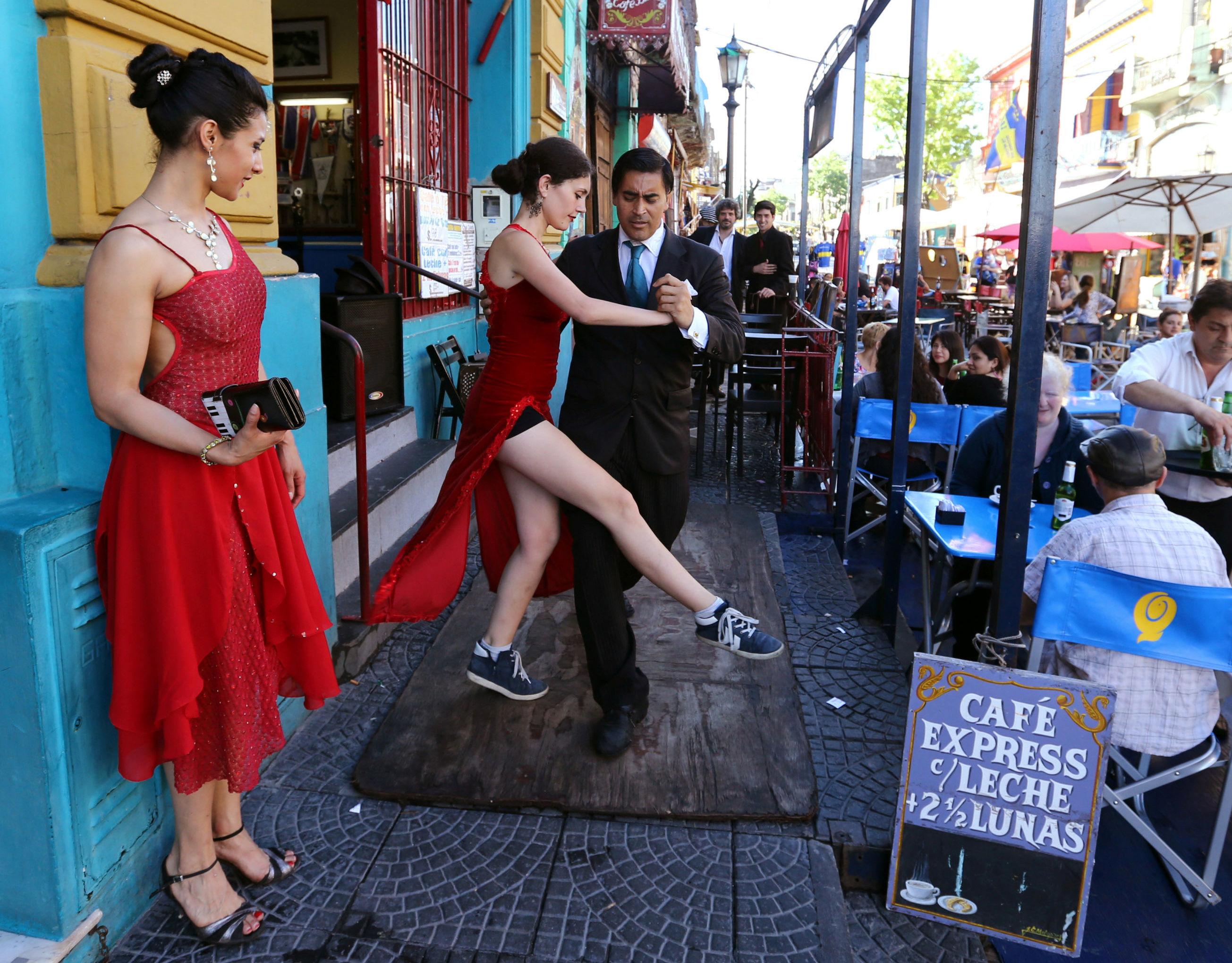 رقصة التانغو للسياح في شوارع بوينس آيرس، الأرجنتين