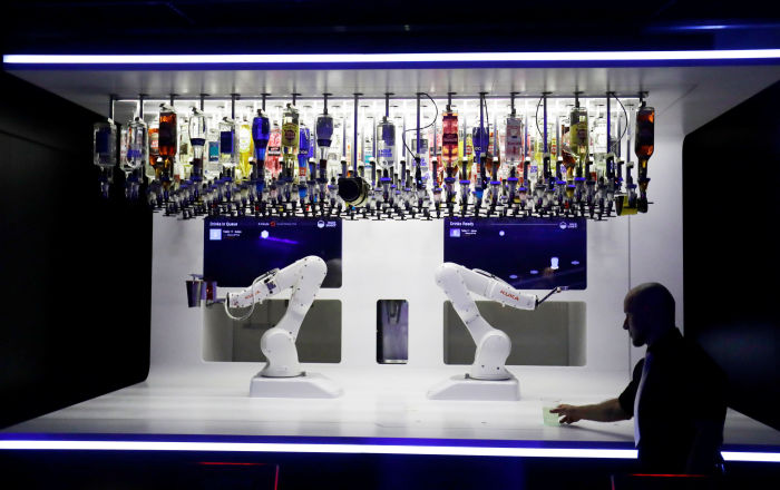 متفوقا على البشر... روبوت يمزج المشروبات الكحولية في نادي ليلي بالتشيك (صور)