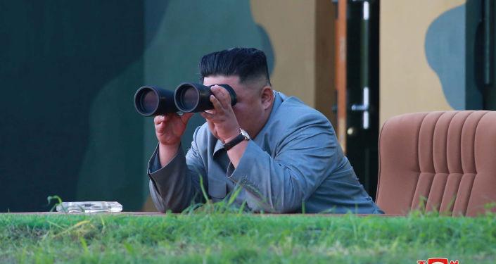 زعيم كوريا الشمالية كيم جونغ أون، وهو يتابع عن قرب إطلاق صاروخين باليستيين قصيري المدى