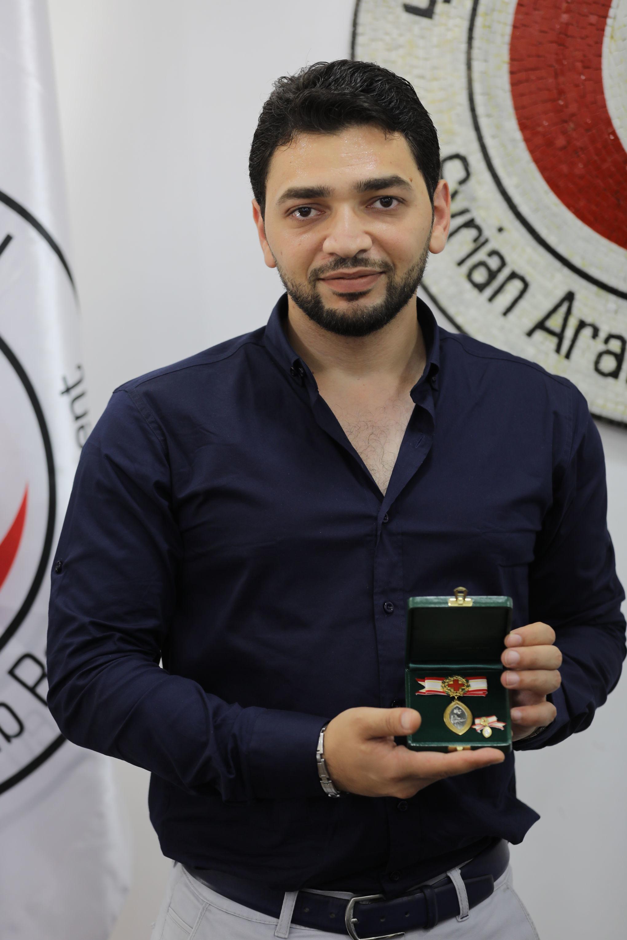 الصليب الأحمر يمنح مسعفا سوريا أعلى وسام دولي للممرضين