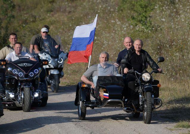 بوتين على الدراجة النارية في القرم