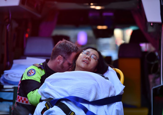 إسعاف امرأة من مكان حادث طعن في سيدني