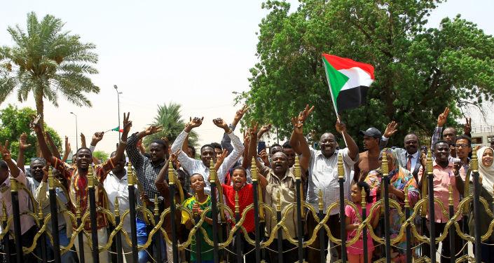 احتفالات السودانيين بتوقيع الوثيقة الدستورية
