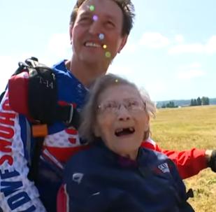 عجوز بعمر 103 أعوام تدخل غينيس بالقفز بالمظلة
