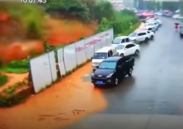 انزلاق للتربة يمحو موقف سيارات من وجه الأرض في الصين