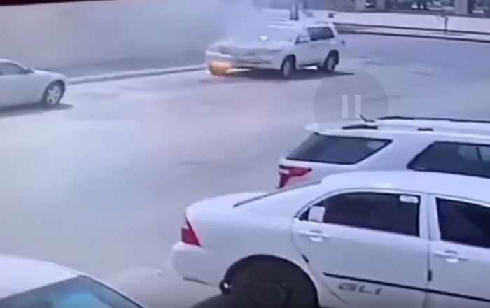 فيديو يرصد لحظة احتراق سيارة أثناء توقفها