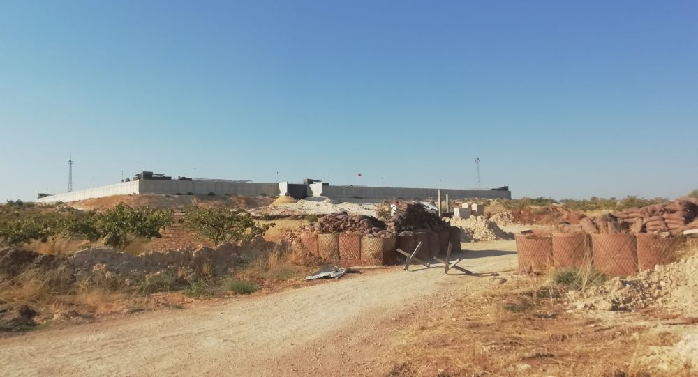 تبادل التقاط الصور مع جنود أتراك بنقطة المراقبة المطوقة شمال حماة
