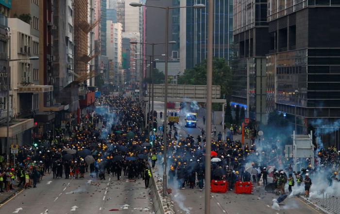 بالفيديو.. شرطة هونغ كونغ تفرق المحتجين بقنابل الغاز المسيل للدموع