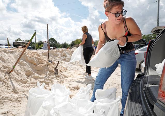 أحد السكان المحليين يحمل الأكياس الرملية لحماية منازلهم قبل وصول إعصار دوريان إلى كيسمي، فلوريدا، الولايات المتحدة، 30 أغسطس/آب 2019