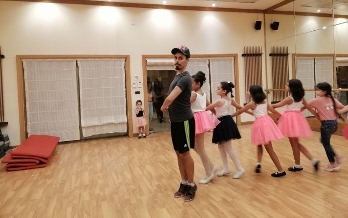 على إيقاع الحرب... مهندس سوري يحترف الرقص وينقل خبرته لمئات الفتيات (فيديو)