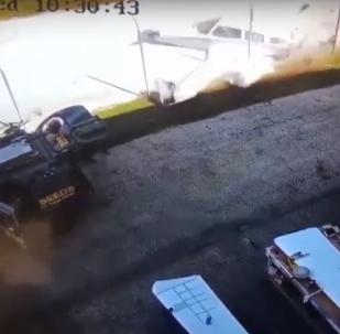 موظف في المطار ينجو بأعجوبة من تحطم طائرة بجانبه