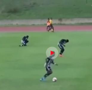 صاعقة رعدية تصيب لاعبين وتسقطهما أرضا أثناء مباراة لكرة القدم