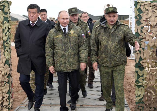 الرئيس الروسي فلاديمير بوتين برفقة وزير الدفاع الروسي سيرغي شويغو والرئيس القرقيزي