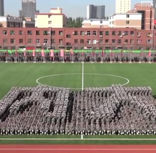 عرض مذهل لطلاب صينيين خلال التحضيرات ليوم التعليم (فيديو)