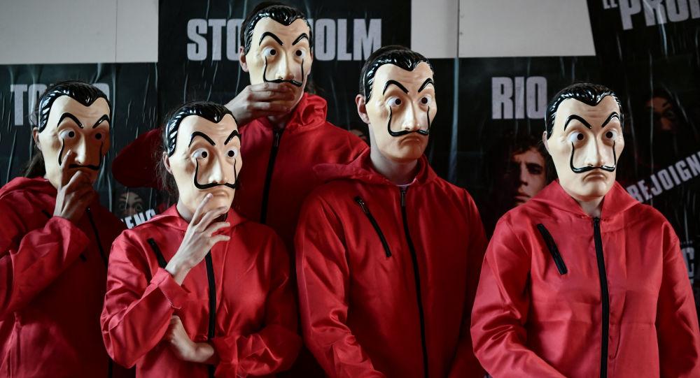 أشخاص يرتدون أقنعة البرنامج التلفزيوني الأسباني La Casa de Papel