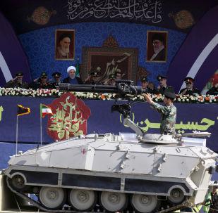 الرئيس الإيراني حسن روحاني وقادة الجيش والحرس الثوري أثناء الاحتفال بذكرى الحرب الإيرانية العراقية