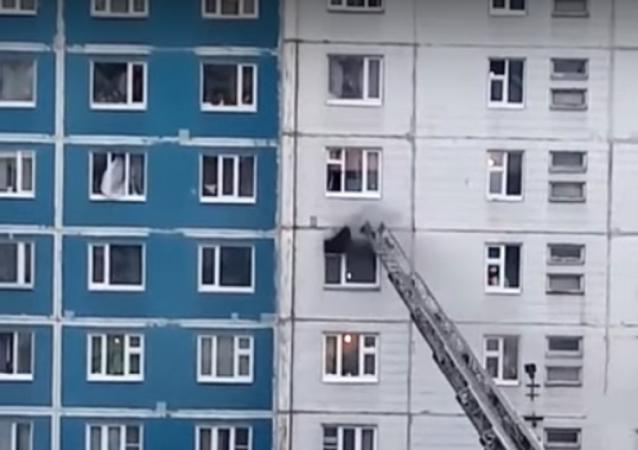 انقاذ فتاة من حريق