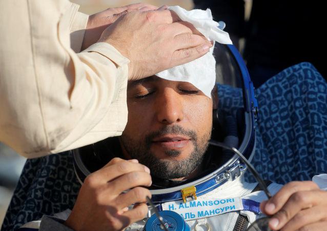 رائد الفضاء الإماراتي هزاع المنصوري لحظة وصوله الأرض بعد مهمة إلى محظة الفضاء الدولية، 3 أكتوبر/تشرين الأول 2019
