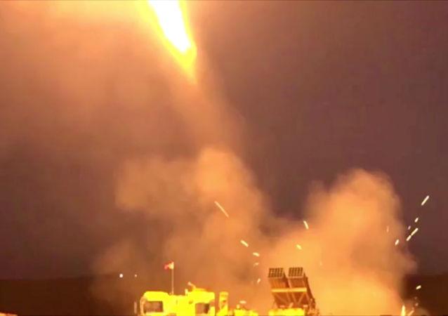 إطلاق قاذفة صواريخ متعددة في مكان مجهول في 9 أكتوبر 2019  - هذه الصورة من مقطع فيديو تم الحصول عليه من وزارة الدفاع التركية.