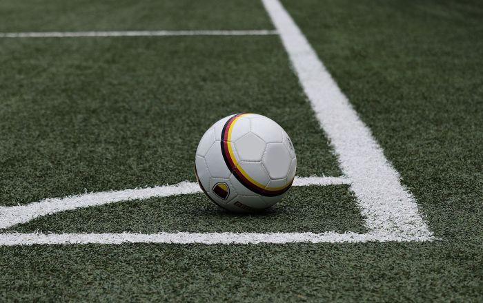بالفيديو... لاعب يحرز هدفا برأسه من منتصف الملعب