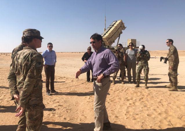 وزير الدفاع الأمريكي مارك إسبر خلال زيارة القوات الأمريكية في قاعدة الأمير سلطان العسكرية في السعودية