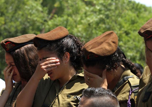 مجنديات إسرائيليات أثناء تشييع جنازة قائد في لواء الجولاني تزافرير بار أور