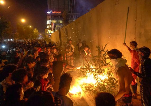 مظاهرات أمام القنصلية ألإيرانية في مدينة كربلاء في العراق