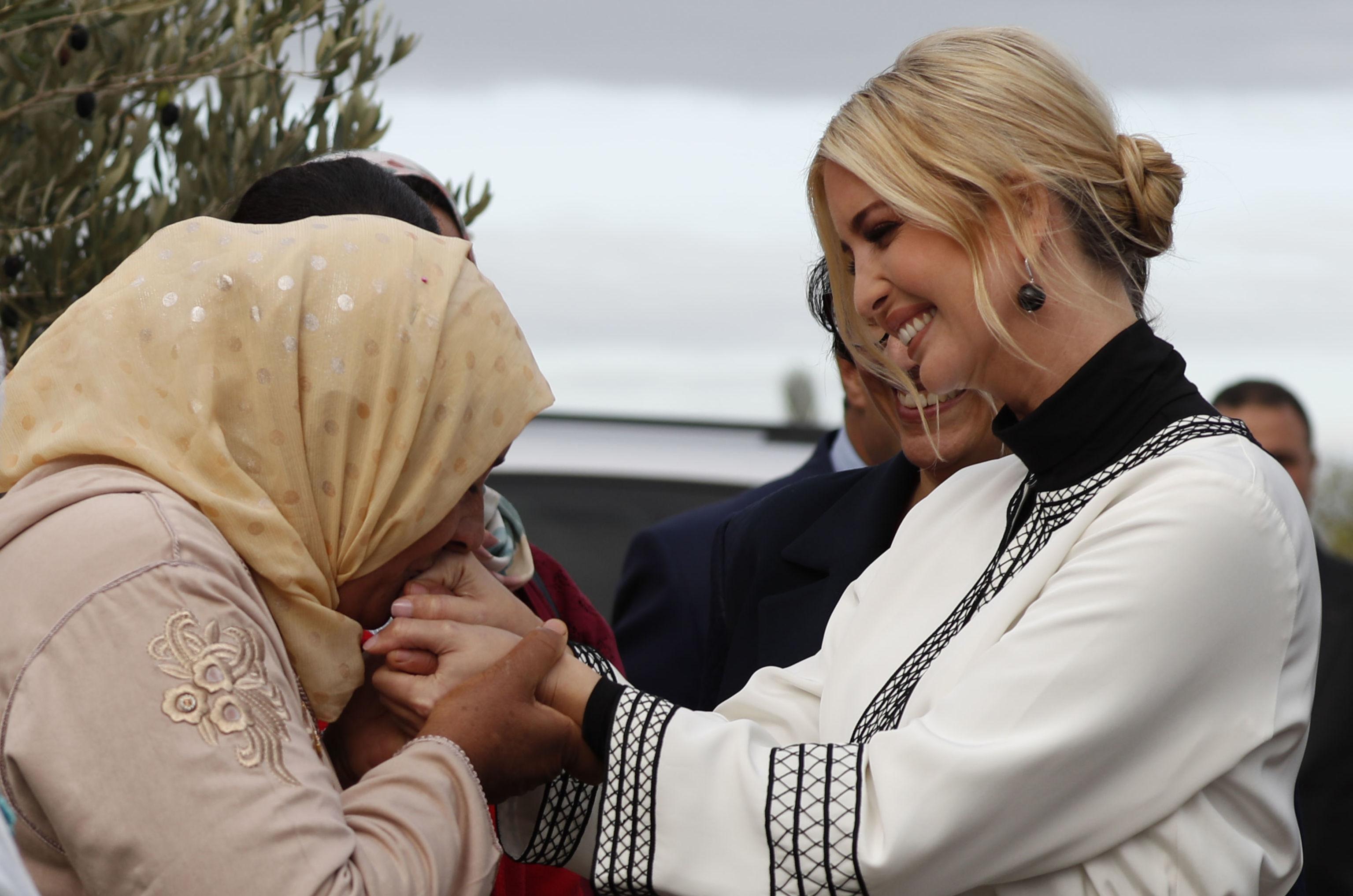 مزارعة مغربية تقبل يد إيفانكا ترامب، المغرب، 7 نوفمبر/تشرين الثاني 2019