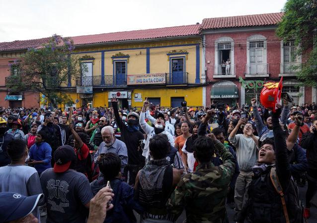 معارضون للرئيس البوليفي إيفو موراليس في مواجهة ضباط الشرطة