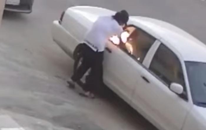 مجهول يشعل سيارة في السعودية ويكاد أن يقع في شر أعماله