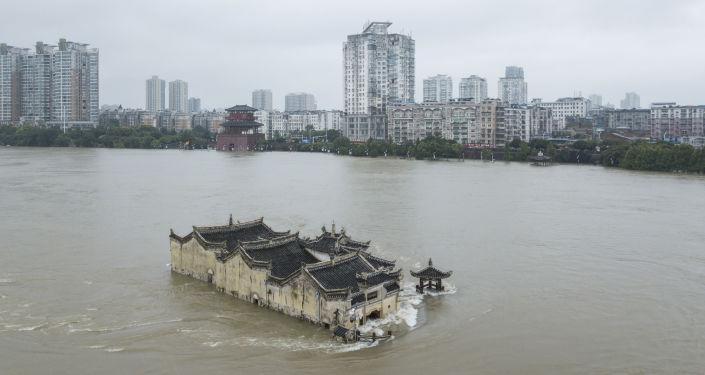 صيني ينقذ والدته من الفيضانات بطريقة مبتكرة… فيديو