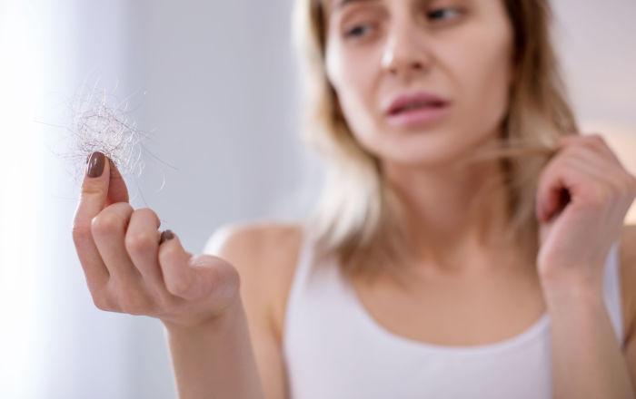 تساقط الشعر يغزو المتعافين من كورونا
