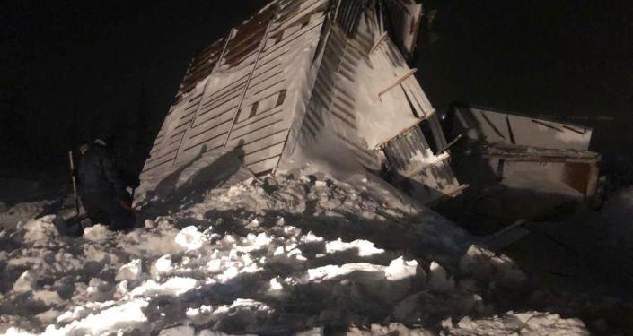 مقتل 3 بينهم طفل في انهيار ثلجي في مدينة نوريلسك الروسية... فيديو