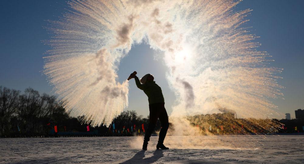 في تحد جديد... روس يرسمون أشكالا من الماء الساخن في الصقيع... فيديو