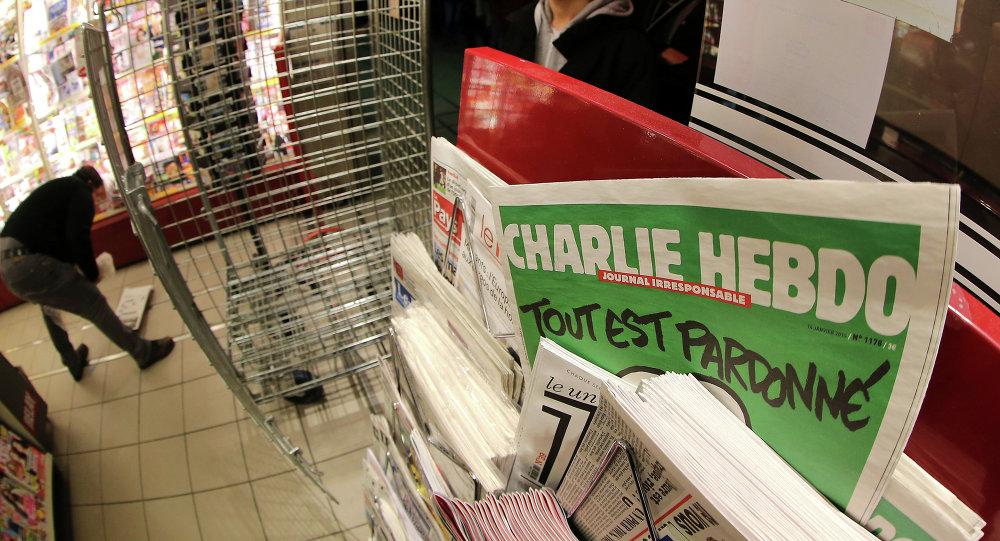 طابور من الناس ينتظرون الاصدار الأخير من مجلة شارلي إيبدو الساخرة، 14 يناير 2015