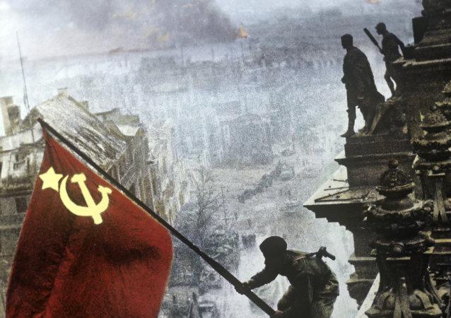 العلم السوفيتي فوق مدينة  برلين