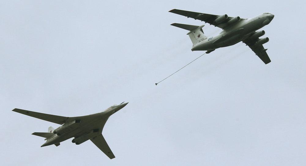 قاذفة الصواريخ تتزود بالوقود من الطائرة الصهريج