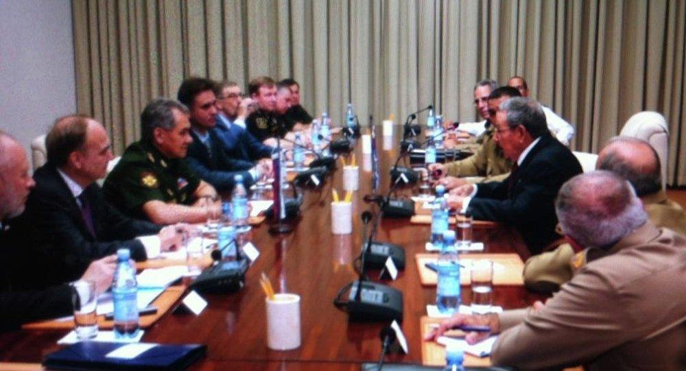 Reunión del ministro de Defensa de Rusia, Serguéi Shoigú, y líder de Cuba, Raúl Castro