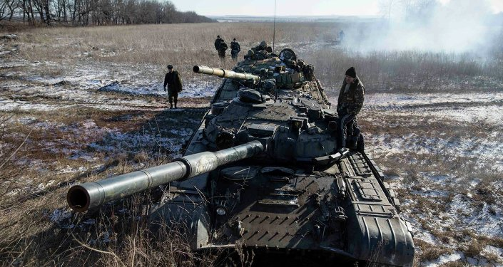 دبابات من قوات الدفاع الشعبي قرب مدينة ديبالتسيفو