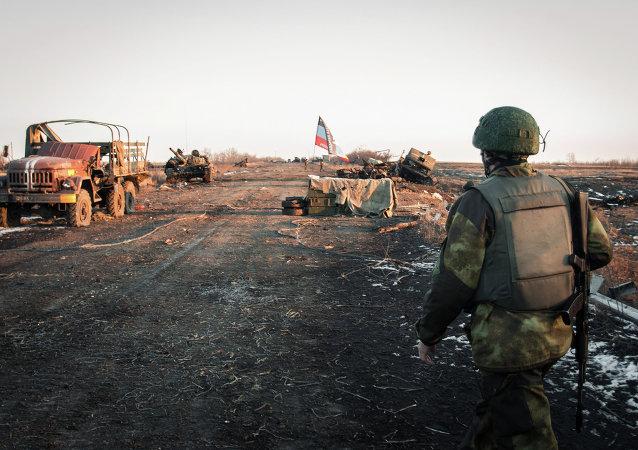 مقاتل من الدفاع الشعبي في دونباس