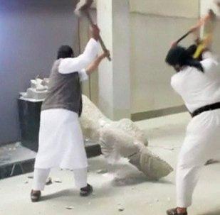 الدواعش يقومون بتدمير مقتنيات متحف مدينة الموصل العراقية