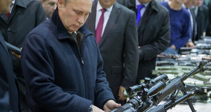 فلاديمير بوتين يتفقد منتجات شركة كلاشنيكوف