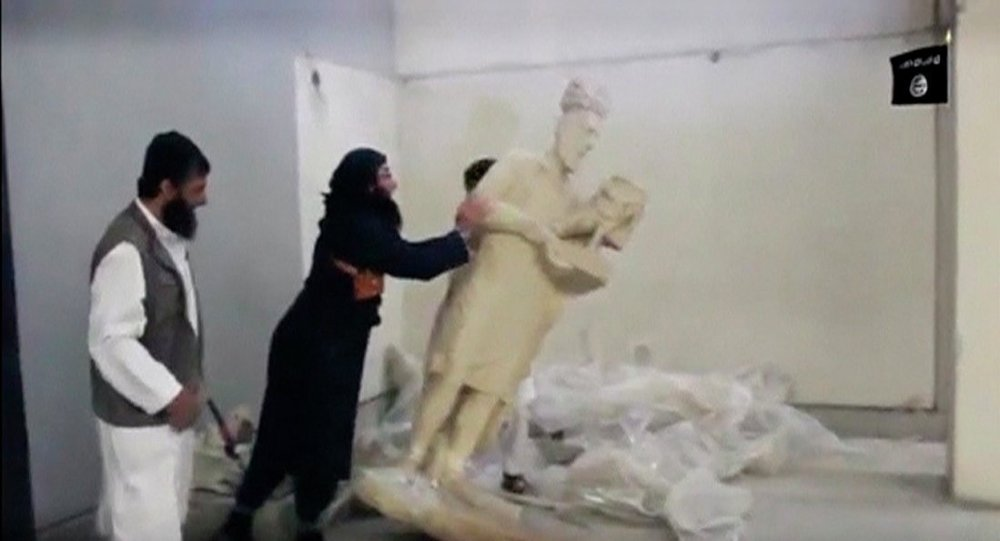 الدواعش يدمرون مقتنيات متحف مدينة الموصل العراقية