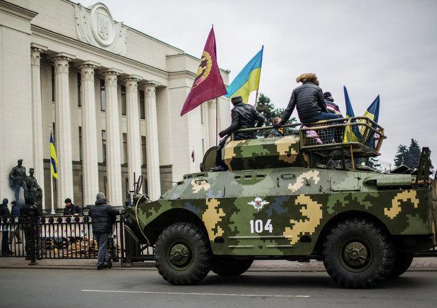آلية مدرعة تابعة لمؤيدي الانقلاب في العاصمة الأوكرانية كييف