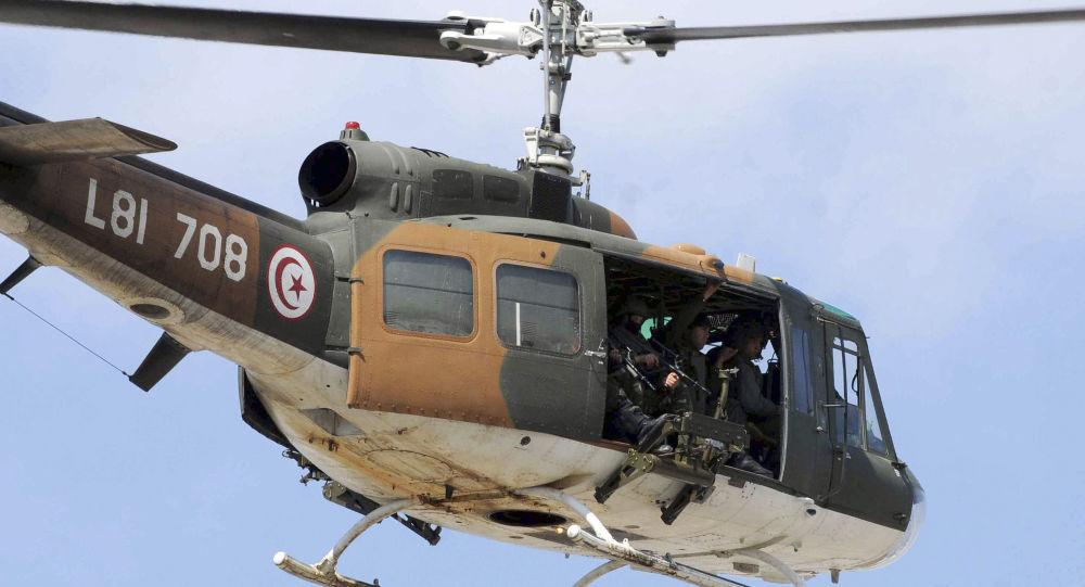 مروحية تحلق فوق مكان حادثة الهجوم الارهابي على متحف باردو في تونس
