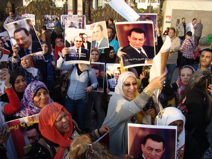 Supporters of former President Hosni Mubarak