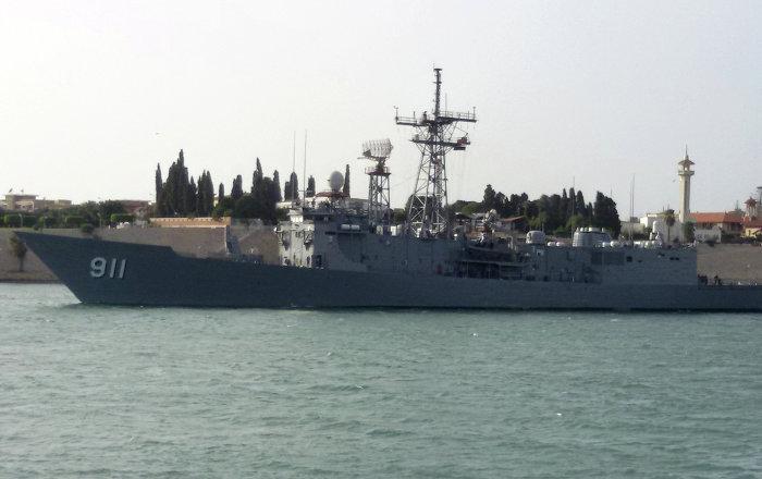 البحرية المصرية تنقذ لانش صيد تعرض لحريق بالقرب من قناة السويس